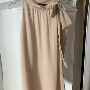 Never used top! On shoulder you tie. It's a rose light color. Falls amazing on any type of body. Trendy and classy for anything 🌸🤍