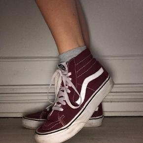 Varetype: Sneakers Farve: Bordeaux Oprindelig købspris: 900 kr. Prisen angivet er inklusiv forsendelse.  -sender med DAO -brugt et par gange, men de har ikke taget skade -kassen kommer med som beskyttelse for skoene