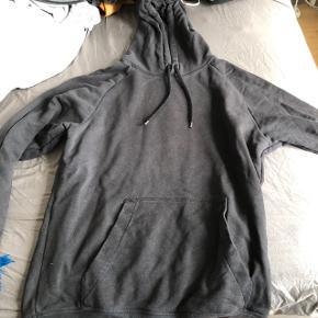 hoodie fra H&M mandeafdeling. kan ses den er blevet vasket et par gange, men ellers i helt fin stand:)  skriv endelig for mere information, eller billeder :) byd også gerne.