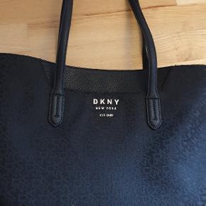 Ny DKNY taske med prismærke og dustbag. Købt i Magasin.   Nypris 1848 købt på udsalg for 924 kr   Seriøse henvendelser tak :)