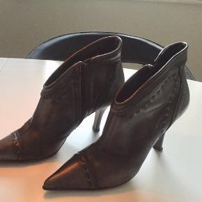Lækker italiensk ankelstøvle i mørkegrå m/lidt brune nuancer. M/kraftige stikninger og stilethæl.