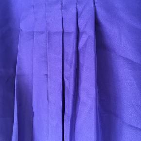 Fin top i blå-lilla med justerbare stropper i 100% polyester.   Kan også hentes i Sydhavnen.