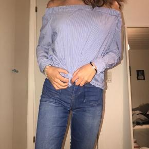 Sælger min off-shoulder top fra Zara, da jeg aldrig får den brugt. Den er næsten ikke brugt og er så god som ny. Den er en størrelse x-small. Sælger den for 65kr ekskl. fragt.    Søgeord: Off-shoulder top Off-shoulder trøje Off-shoulder t-shirt Off-shoulder bluse Stribet t-shirt Stribet top Stribet trøje Stribet bluse