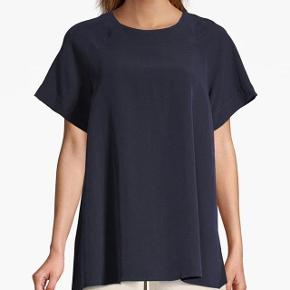 Model: Trapeze Tunic Str. XS Nypris: 1.500,- DKK Brugt 1 gang.  Beskrivelse: Super soft modal blend in a tonal texture stripe. Crew neck and flare raglan sleeves. Flared tunic shape, thigh length.  Materiale: 58% Modal, 26% Cupro, 16% Viskose  BYTTER IKKE!