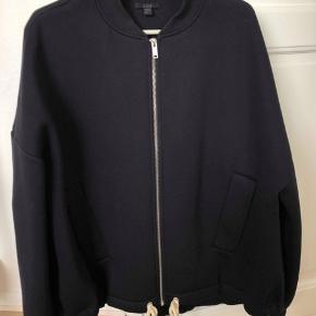 Cos jakke / cardigan. Str. M. Købt i vinters til 950kr., og er kun brugt få gange. Derfor i god stand.  BYD