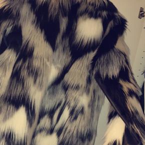 Sælger denne flotte faux fur jakke da jeg dsv. Aldrig får den brugt. Den er brugt enkelte gange og har ellers bare været gemt til side. Den fejler derfor intet. Np var omkring 700 eller 750 hvis jeg husker rigtigt.