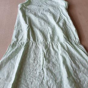 Mint grøn kjole fra Name It Sender gerne ved køb for mere end 150 kr.