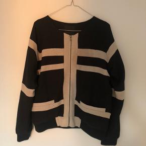 Bomber jacket fra Second Female. 🖤 100% polyester.   Tags: jakke, overtøj, fest, bomber jacket, mønster