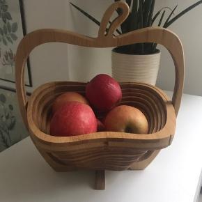 Frugtkurv i træ formet som æble 🍎 Mål: 14x28 cm
