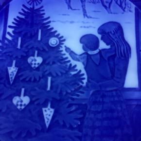 Jul. Platte, mor og barn betragter juletræet. Kan også bruges som frokosttallerken. Aldrig brugt, hængt på væg. Mødes ikke. handler kun ts, giver gerne mængderabat.