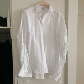 Fin ruffle skjorte fra WH, som desværre bare hænger i skabet.