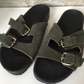 Skønne sandaler i armygrøn - lidt brede - kan spændes ind/ud. Ved TS betaler køber gebyr. Fragt 35,-