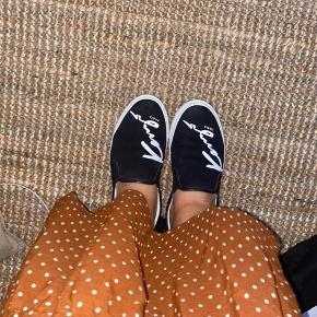 Sælger mine mega fede Kenzo sneakers, da jeg må erkende at jeg ikke kan passe dem. Skoene er brugt men fejler intet, de er dog en smule beskidte som jeg renser inden salg. Byd endelig!