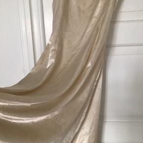 Beige satin by groth kjole, BYD! (Hvid, Beige, gylden, kjole, strandkjole, festkjole, satinkjole, sommer)