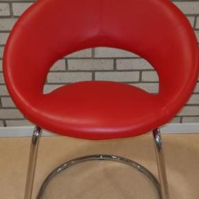 Varetype: Stol Størrelse: 0 Farve: Rød Prisen angivet er inklusiv forsendelse.  Meget smukke luksus spisebordstole i rødt kunstlæder.  Få stuen til at se lyst og livlig ud. Aldrig brugt, kun lagt fremme.  6 stk i alt.  Sælges for 250 kr pr stk.