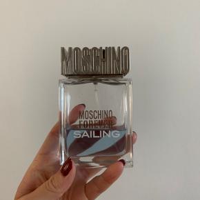 Moschino Forever Sailing 100ml fra ny. Ca 40-45 ml tilbage.  Har været tabt, så der er slået en flig af glasset i det ene hjørne.  Derfor den billige pris.
