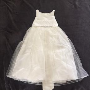 Kjole fra Pearce Fionda Str: 3-4 år  Farve creme  ❌bytte ikke  Sender via DAO 37 kr