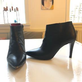 Super lækre støver med stilet hæl på 8 cm - de er gode og nemme at gå i på trods af højden. Bemærk det lækre røde skind indvendigt og stål på snuderne
