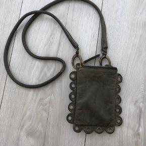 Sød lille telefon/festival taske i 100% læder. Fra mærket MOO.