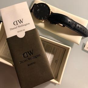 Fint ur købt i 2017 B36 og R 15 :) Ingen ridser på urskiven. Original kasse og manual medfølger, samt 2 års garanti på uret. BYD gerne :)