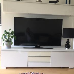 Tv-skænk og overskab i hvid højglans fra IKEA.  De to skuffer midt for er blevet lidt gule i det. Overskabet har et hak i venstre hjørne se billede.  Men virker stadig fint.  Sælges pga. Flytning. BYD 😀