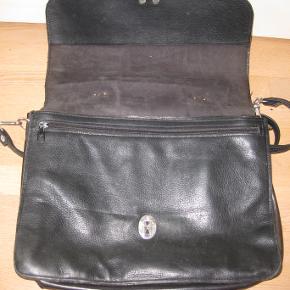 Lækker RETRO lædertaske også med skulderrem  med 4 rum 37x28x18 cm Ingen slidtage, meget velholdt sender gerne har mobilepay