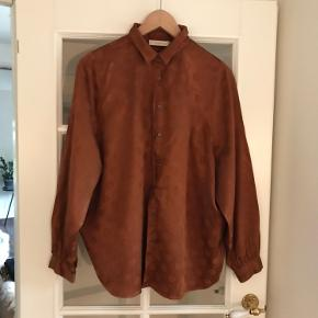 Smukkeste skjorte i kobberfarvet - meget fint og klædeligt snit - kan også bruges som jakke over en top