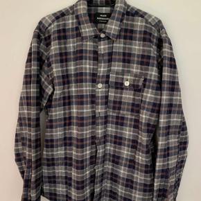 Mads Nørgaard overshirt. Skjorten er padded i inderforet, hvorfor den er varm og ideel til efterår/vinter. Brugt et par gange og stadig i rigtig god stand. Prisen er fast.