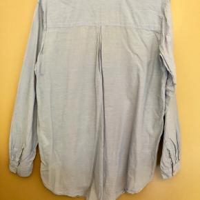Blå H&M-skjorte 💙 Har aldrig været brugt ✨ Størrelse: 36 📏 Original pris: 130 kr. 💰 Nu: 50 kr. 👌🏻 . #karolinesklædeskab
