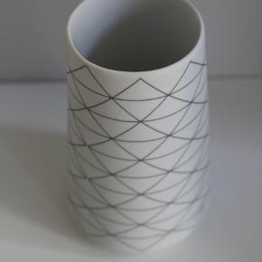 Lille vase med mønster. 14 cm høj, 6 cm i diameter.