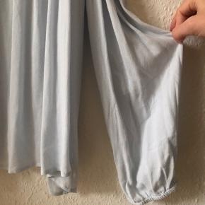 OBS! Der står i mærket at det er en XL, men den passes bedst af en S/M.  Lækker Forever 21 bluse sælges, da jeg ikke får den brugt.  Den har hængt mørkt, så den fine lyseblå farve er 100% intakt.  Den har aldrig været i brug, og er stadig med prismærke.