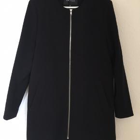 Flot sort jakke fra MbyM. Lynlås foran og lynlås bagpå nederst. Str. Medium. Fejler intet. Nypris 1000 kr. Pris 350 kr. Sender desværre ikke.