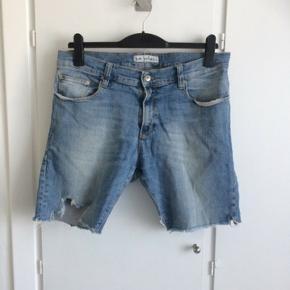 Fede shorts i slidt denim look med to forlommer og to baglommer.  Størrelsen hedder 32/32, og livvidde er 94 cm.  Fremstillet af bomuld, polyester og lycra.  De er brugte, men stadig rigtig fine uden slid.  Jeg sender gerne med DAO for 37 kroner.