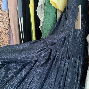 Super fin kjole fra Soaked in Luxury💙 der er glimmer i materialet. Sælger hvis rette bud kommer✨