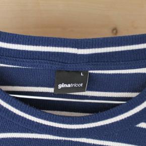 Blå og hvid stribet bluse med slids i ærmerne. Næsten så god som ny. Meget lille i str. Er normalt en S eller M, og den passer perfekt
