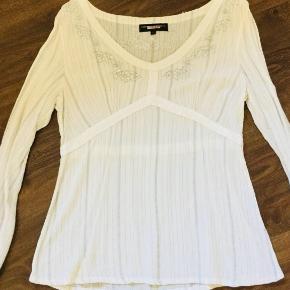 Brand: Trend dk.  Varetype: Bluse Farve: Hvid Prisen angivet er inklusiv forsendelse.  Smuk langærmet bluse med sølv detaljer på bryst.  ☺️