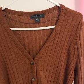 Kjole fra primark i blødt stof med bindebælte str L. Elastisk. Kan også bruges som lang cardigan 🌸 Aldrig brugt, kun prøvet på