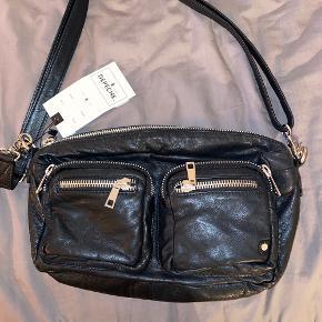 Depeche crossbody taske i sort læder.  Aldrig brugt (derfor sælges) og stadig med prismærke.  Købspris var 1.000,- og er købt omkring juni.  Kan afhentes eller sendes på købers regning.