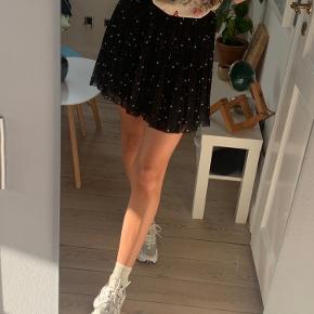 Envii nederdel  Style: Enastroid skirt aop   Lidt flossede i bunden, men ikke noget man lægger mærke til