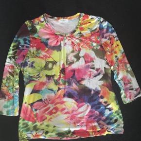 Refa smuk blomstermønstret bluse str 44 med 3/4 ærmer. Brystvidde ca 2x50 cm og længde ca  62 cm. Kan gi sig meget. Matr 92% viskose og 8 % spandex. Meget lækker kvalitet.