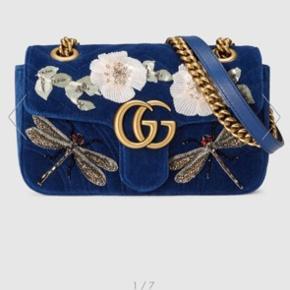 """Varetype: Håndtaske Størrelse: W22cm x H13cm x D6cm Farve: Blå Oprindelig købspris: 22225 kr.  Prisen angivet er inklusiv forsendelse.  Mødes også gerne.   Jeg sælger denne fine """"GG Marmont embroidered velvet mini bag"""". Den er brugt meget få gange, og standen er derfor rigtig fin Den har den smukkeste blå farve i velour, samt det fineste broderi.  Nyprisen var 22.225 kr og der følger dustbag og prisskilt med. Kvitteringen haves dog ikke.  Flere billeder af tasken kan sagtens fremsendes 🌼"""
