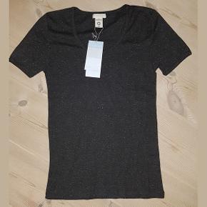 2 stk. kvalitets basic t-shirt fra danske Serendipity Organics i farven granit, str. L, den er helt ny, ubrugt og virkelig lækker.   Den klassiske t-shirt i slim fit, er den helt perfekte tilføjelse til basis garderoben. T-shirten har korte ærmer og et flot, stilrent og flatterende snit. T-shirten er udført i lækkert blød GOTS-certificeret bomuld. T-shirten er produceret under bæredygtige arbejdsforhold i Indien. Denne Serendipity t-shirt lægger sig lige i midten af str. skalaen, og du kan derfor trygt bestille den størrelse du normalt benytter. T-shirten bør vaskes ved 40 grader og med lignende farver.   Serendipity Organics er naturligt tøj, lavet med fokus på komfort, økologi og bæredygtighed. Når du køber et stykke Serendipity tøj, får du det blødeste GOTS certificerede økologiske bomuld, et tidsløst og praktisk design, der er det perfekte bidrag til den bæredygtige basisgarderobe. Jeg har 2 t-shirts, i str. L.   Værdi: 325 kr.  Pris: Begge for 125 kr. inkl. porto med frimærker, med mindre forsendelse med DAO ønskes.