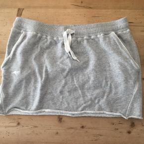 Nederdel med snøre og lommer i begge sider.