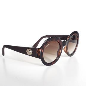 Gucci GG 3788/S dark havana rubber brown/brown shaded (LWF/CC)  Super cool solbrille fra Gucci. Har original brille etui og pudseklud. Ny, har aldrig været brugt. Nypris kr.2340,00  Detaljer Størrelse:49/28/140 Køn:Kvinder Form:Runde Materiale:Optyl Linsetype:Generiske Description  Product Features:Brand: GucciEyewear Type: SunglassesGender: WomenFrame Type: Full RimFrame Shape: RoundFrame Material: OptylHypoallergenic: YesEye/Bridge/Temple Measurements [in mm]: 49/28/140Frame/Temple Color: Dark Havana / BrownLens Color: Brown GradientLens Material: PolycarbonateLens .  BYTTER IKKE.  TJEK MINE ANDRE ANNONCER, HAR MANGE FINE TING.