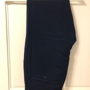 Sælger disse Mads Nørgaard chinos / suit pants str. 30 med stretch da jeg ikke får dem brugt. Brugt maks en enkelt gang. Sidder godt, slim og er behagelige at have på.