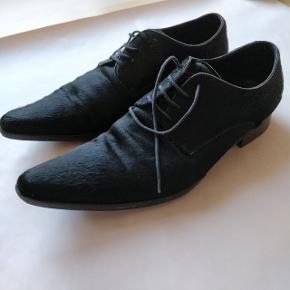 Dolce & Gabbana sko fra deres 2015 kollektion. Skoene fremstår pæne omend skoenes såler bære tydelige tegn på flittig brug.  Sørg for at kigge alle billederne for fyldestgørende indtryk af skoenes stand.