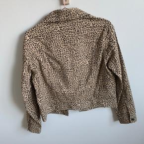 Helt ny (mærket er blot taget af) jakke med Leo print fra H&M i beige og sort. Lidt oversized, hvorfor den sagtens kan passes af både str S og M.