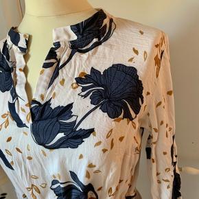 """Så smuk og let kjole med bindebånd i livet fra """"du milde"""" str s.  100% blød viskose"""