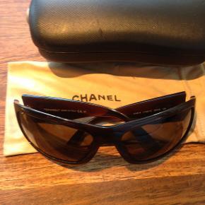 Chanel solbriller med logo på siden meget fin stand . 400 kr. + porto .