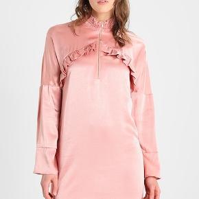 Flot kjole / viskose / længde ca.91 cm / bryst mål ca. 2 x 48 cm / brugt en gang